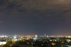 Ajardine la noche de la ciudad con el cielo oscuro cambiante dramático Imagenes de archivo