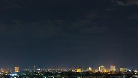 Ajardine la noche de la ciudad con el cielo oscuro cambiante dramático Fotos de archivo
