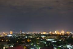 Ajardine la noche de la ciudad con el cielo oscuro cambiante dramático Imagen de archivo