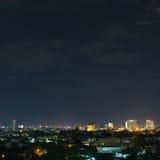 Ajardine la noche de la ciudad con el cielo oscuro cambiante dramático Fotografía de archivo