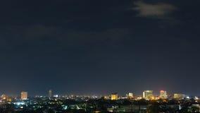 Ajardine la noche de la ciudad con el cielo oscuro cambiante dramático Foto de archivo