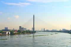 Ajardine la opinión de la ciudad del puente de Rama 8 en la luz de Chao Phraya River With por la mañana imagenes de archivo