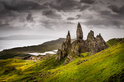 Ajardine la opinión el viejo hombre de formación de roca de Storr, Escocia Imagenes de archivo