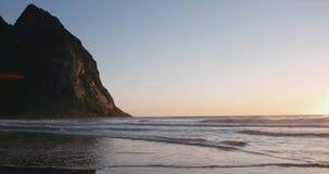 Ajardine la playa de Kvalvika en puesta del sol de las islas de Noruega Lofoten almacen de video