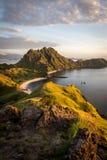 Ajardine la visión desde arriba de la isla en las islas de Komodo, F de Padar Fotos de archivo
