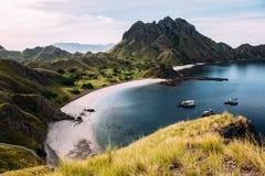 Ajardine la visión desde arriba de la isla en las islas de Komodo, F de Padar Imágenes de archivo libres de regalías