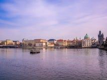 Ajardine la visión desde el puente de Charles con la ciudad vieja hermosa Praga del río de Moldava del barco y de la nave Repúbli fotos de archivo