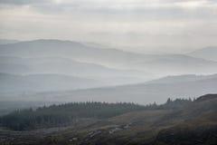 Ajardine la visión desde el top de la montaña en mañana brumosa a través del coun Fotos de archivo libres de regalías