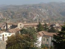 Ajardine la vista de Bobbio en la provincia de Piacenza, Italia septentrional Fotografía de archivo
