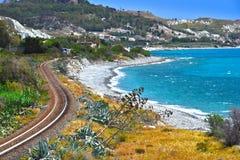 Ajardine la vista de la costa meridional de Calabria, Italia fotos de archivo