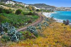Ajardine la vista de la costa meridional de Calabria, Italia imagen de archivo