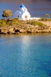 Ajardine la vista de la iglesia blanca en la playa mediterránea, Amorgos Foto de archivo libre de regalías