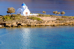 Ajardine la vista de la iglesia blanca en la playa mediterránea, Amorgos Fotos de archivo libres de regalías