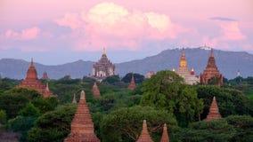 Ajardine la vista de la salida del sol con los templos antiguos, Bagan, Myanmar Fotos de archivo libres de regalías
