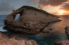 Ajardine la vista de las formaciones rocosas Korakonisi en Zakynthos, Grecia Puesta del sol hermosa del verano, paisaje marino ma Imagen de archivo libre de regalías