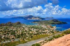 Ajardine la vista de las islas de Lipari en Sicilia, Italia Imagen de archivo libre de regalías