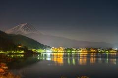 ajardine la vista de la montaña de Fuji y del lago Kawaguchiko en la noche franco Foto de archivo