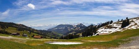 Ajardine la vista de la montaña de la nieve de Apls con la tranvía eléctrica Fotos de archivo libres de regalías