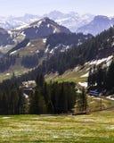 Ajardine la vista de la montaña de la nieve de Apls con la tranvía eléctrica Foto de archivo libre de regalías