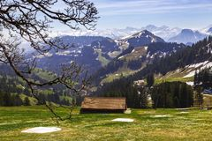 Ajardine la vista de la montaña de la nieve de las montañas con la tranvía eléctrica Foto de archivo