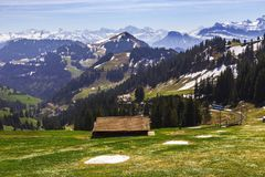 Ajardine la vista de la montaña de la nieve de las montañas con la tranvía eléctrica Imágenes de archivo libres de regalías