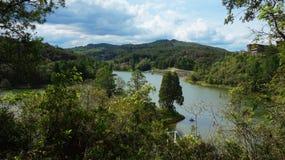 Ajardine a lagoa cercada por florestas e por montanhas no parque Arvi Imagem de Stock