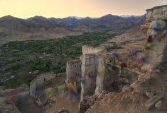 Ajardine las montañas con luz del sol antes de puesta del sol en el ladakh de Leh imagenes de archivo