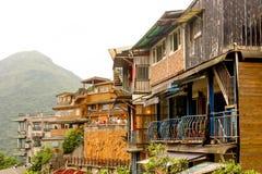 Ajardine los edificios de la ladera del pueblo de Jiufen en la montaña Foto de archivo libre de regalías