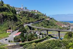 Ajardine Madeira com uma estrada através das montanhas Fotografia de Stock