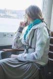 ajardine a menina bonita vestida no estilo do boho, montando uma balsa em Istambul Imagem de Stock Royalty Free