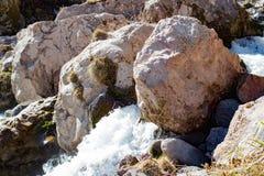 Ajardine a montanha de Cáucaso do panorama com a cachoeira dos montes do outono Fotografia de Stock