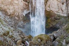 Ajardine a montanha de Cáucaso do panorama com a cachoeira dos montes do outono Fotos de Stock Royalty Free