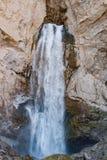 Ajardine a montanha de Cáucaso do panorama com a cachoeira dos montes do outono Imagem de Stock