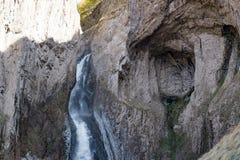 Ajardine a montanha de Cáucaso do panorama com a cachoeira dos montes do outono Fotografia de Stock Royalty Free