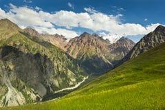 Ajardine a montanha do rio e o céu nebuloso Ásia central Cazaquistão Imagem de Stock Royalty Free