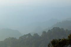Ajardine a montanha e a névoa na montanha da manhã, luz suave Backg Fotografia de Stock Royalty Free