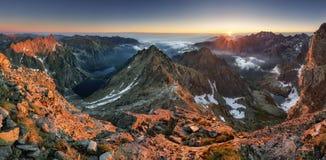Ajardine a montanha em Tatras, em Rysy máximo, em Eslováquia e em Polônia Fotos de Stock