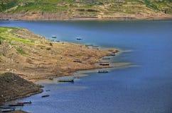 Ajardine montanhas e rio da represa de Khun Dan Prakan Chon Fotos de Stock