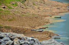 Ajardine montanhas e rio da represa de Khun Dan Prakan Chon Imagens de Stock