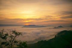 Ajardine a névoa no alvorecer de uma passagem de montanha alta ao Mekong Foto de Stock