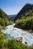 Ajardine na Abkhásia com cume e o rio caucasianos Foto de Stock