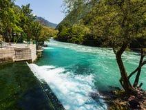 Ajardine na Abkhásia com cume e o rio caucasianos Fotografia de Stock