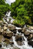 Ajardine na Abkhásia com cume e o rio caucasianos Imagens de Stock Royalty Free