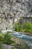 Ajardine na Abkhásia com cume e o rio caucasianos Fotos de Stock Royalty Free