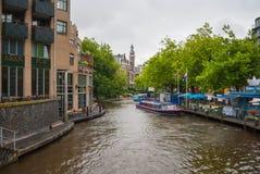 Ajardine na cidade de Amsterdão com canal exterior Singelgracht digged para fins da defesa e da gestão da água Fotografia de Stock