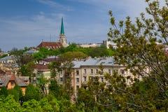 Ajardine na cidade velha com uma vista da igreja Foto de Stock