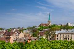 Ajardine na cidade velha com uma vista da igreja Fotos de Stock Royalty Free