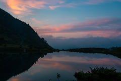 Ajardine na costa do lago nos Carpathians Fotografia de Stock Royalty Free