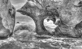 Ajardine na costa rochosa com formação de rocha bonita e ondas do mar Fotos de Stock Royalty Free