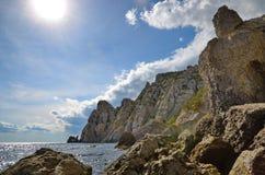 Ajardine na costa rochosa do mar e da elevação dos penhascos, Crimeia, Novy Svet Foto de Stock